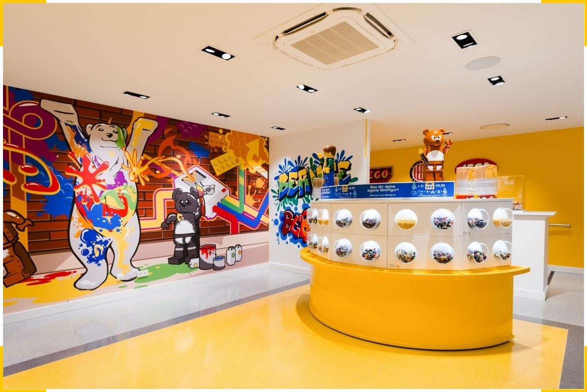 Бренд лего использует для продвижения контент-маркетинг яркие цвета и тематические парки