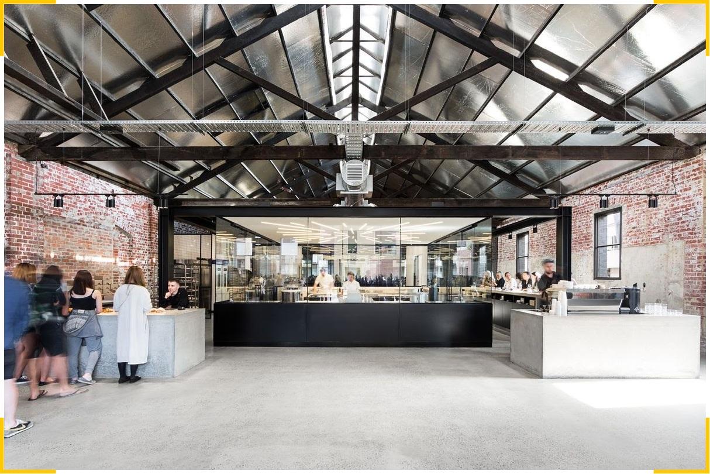 Фирменный стиль австралийской пекарни отсылает к космосу и состоит из минималистичного интерьера и тематического логотипа